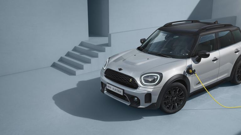 MINI Countryman Hybrid – side view – silver and yellow
